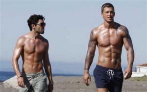 Muži na pláži