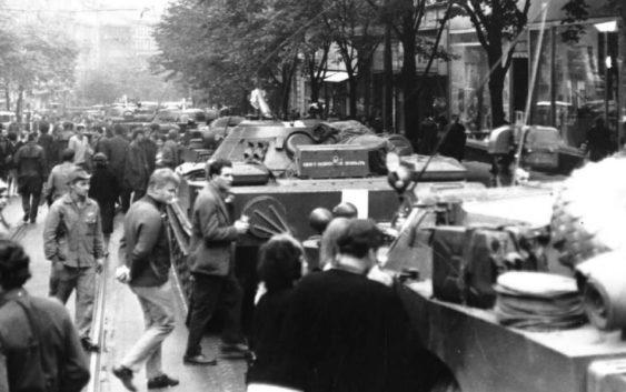 Srpen 1968 před budovou Českého rozhlasu - Foto: Archivní a programové fondy Českého rozhlasu