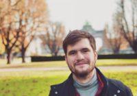 """""""Chceš dělat žurnalistiku? Tak ji dělej,"""" říká šéfredaktor Houpacího Osla a zakladatel Studentské žurnalistické konference Jan Žabka."""
